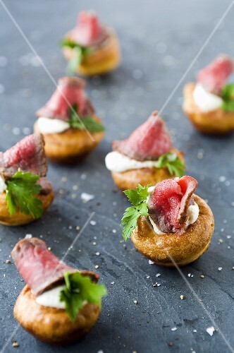 Mini Yorkshire puddings with roastbeef and horseradish