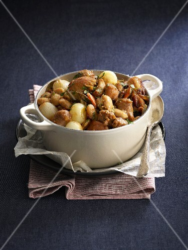 Bean stew with chicken and onions