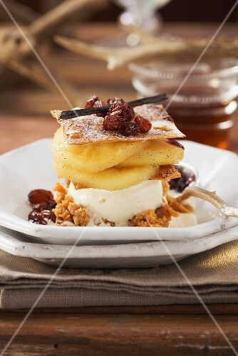 Layered strudel with vanilla ice cream, apples and raisins