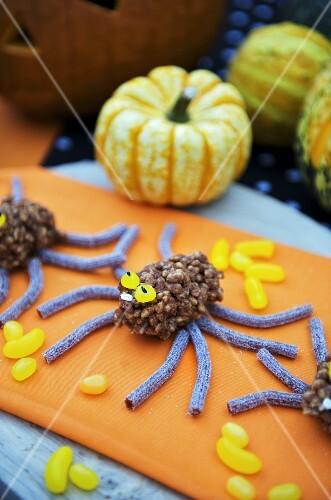 Spinnen aus Puffreis und Lakritze für Halloween