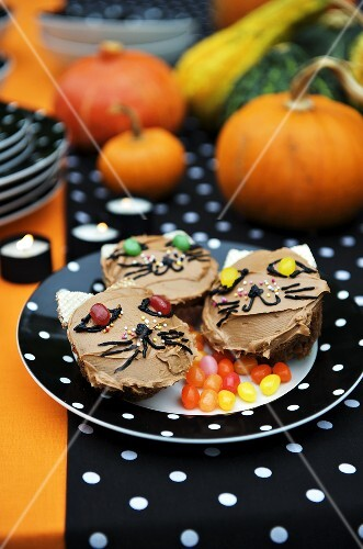 Cat cupcakes with jelly beans for Halloween
