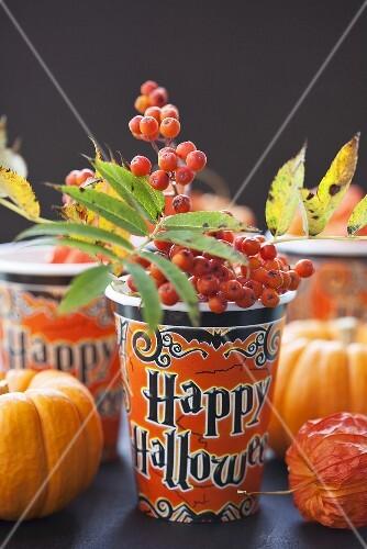 Halloween-Pappbecher mit Vogelbeerenzweig