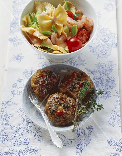 Chilli burgers with shrimp and pasta salad