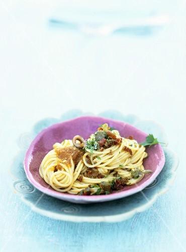 Spaghetti con le sarde (Spaghetti with anchovies and sultanas)