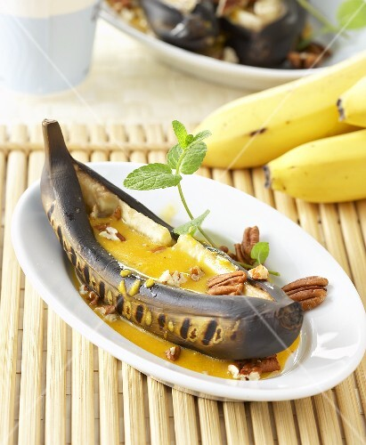Grilled banana with fruity curry-honey sauce