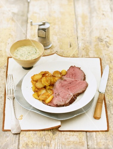 Slices of roast beef with fried potatoes and remoulade