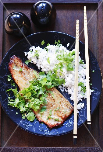 Wolfsbarschfilet mit Reis und Koriander
