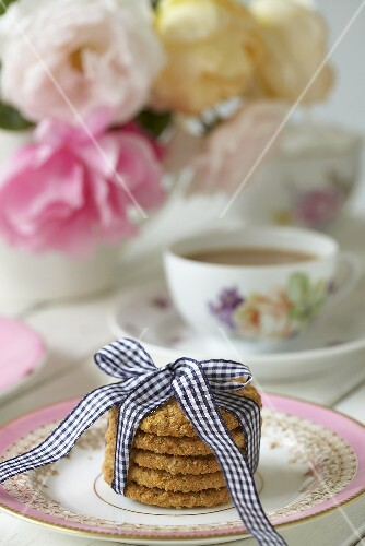 Oat biscuits with tea (UK)