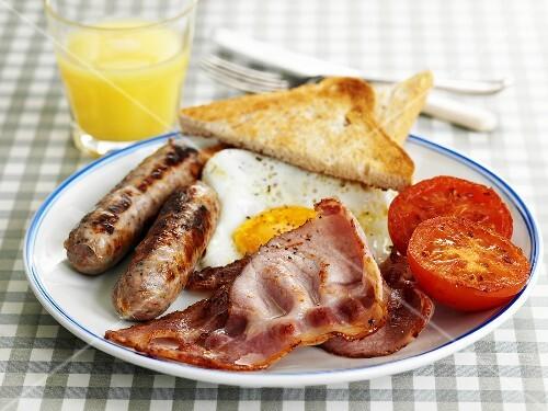 English breakfast (Bacon, sausage, fried egg, tomato)