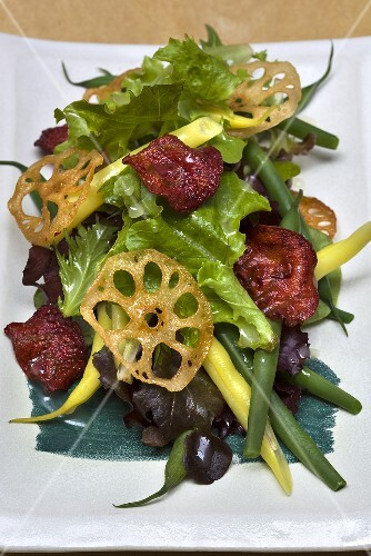 Mixed leaf salad with beans and vegetable chips