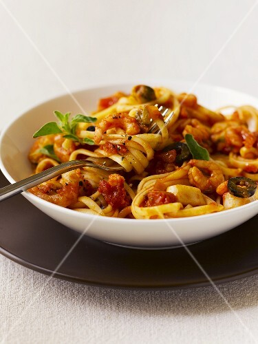 Linguine with prawns and tomato sauce