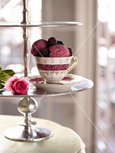 Blackberry-yogurt ice cream