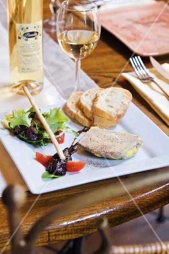 Foie gras with bread and white wine