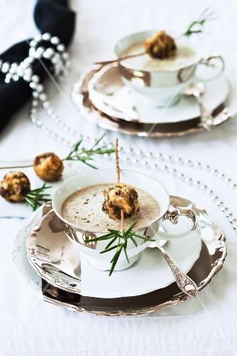 Pilzcremesuppe mit Pilz-Semmelknödeln (weihnachtlich)