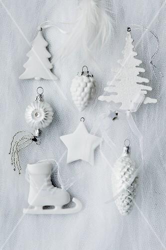 Verschiedene weihnachtliche Baumanhänger in weiss
