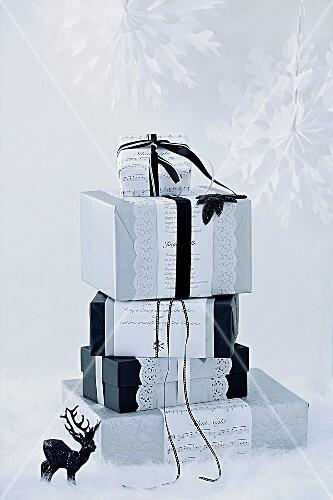 Weihnachtsgeschenke originell dekoriert in schwarz und weiss