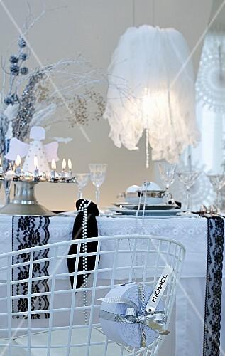 Weihnachtlich dekorierter Esstisch in schwarz und weiss
