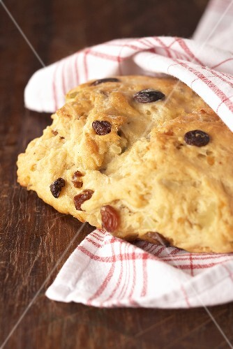 Easter yeast bread with raisins