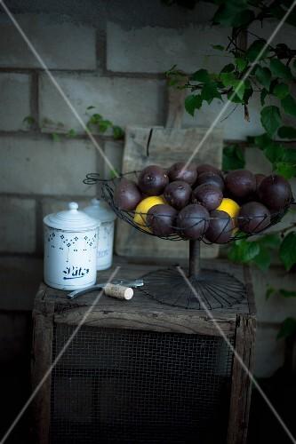 Maracujas und Zitronen im Drahtkorb