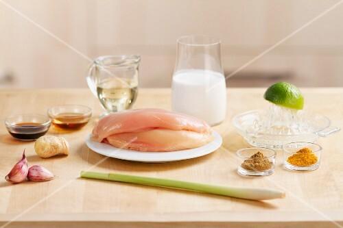 Zutaten für Hähnchen-Sate (Hähnchenbrustfilet, Zitronengras und Gewürze)