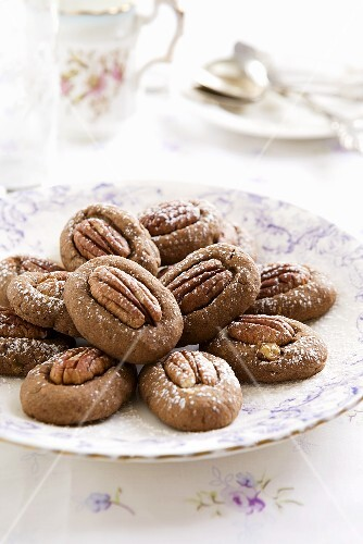 Cinnamon biscuits with pecan nuts