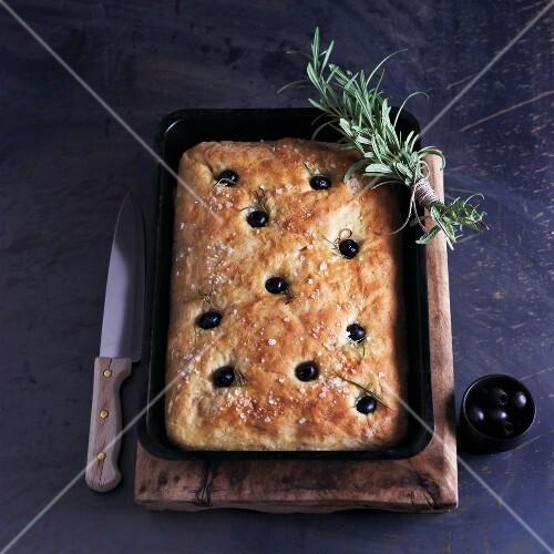 Focaccia con le olive (Brotfladen mit Oliven & Rosmarin)