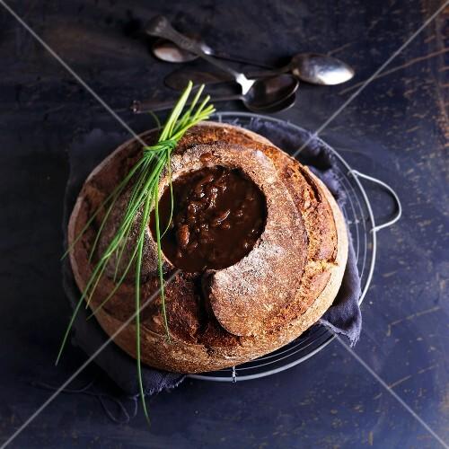 Französische Zwiebelsuppe im ausgehöhltem Brot