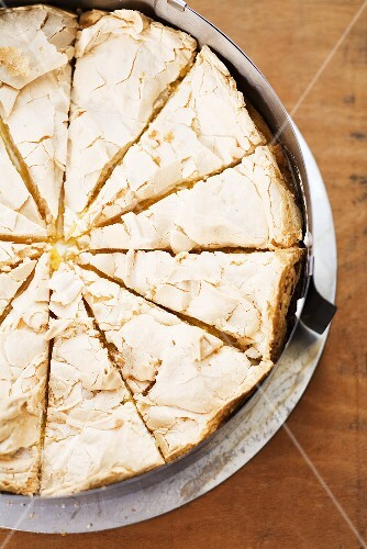 A meringue tart seen from above in the baking tin