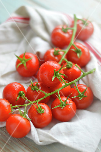 Drying tomatoes with a towel