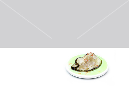 Flat oyster with pink grapefruit flavor pearls