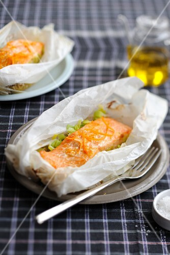 Salmon and leeks with orange zests cooked in wax paper
