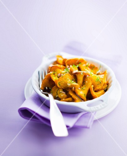 Pan-fried chanterelles with garlic and coriander