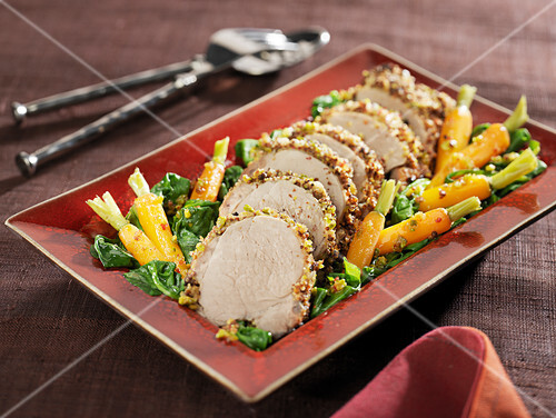 Pork filet mignon in pistachio and pepper crust, spinach and carrots