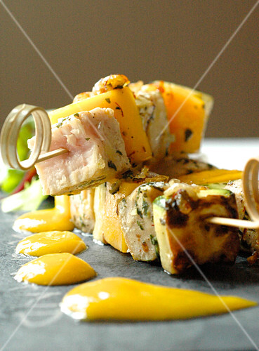 Tuna and mango brochettes