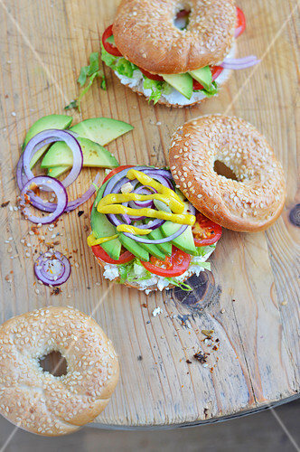 bagels mit avocado frischk se und gem se bild kaufen 60361685 stockfood. Black Bedroom Furniture Sets. Home Design Ideas