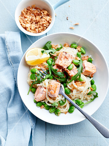 Spaghetti with broad beans, rocket lettuce and salmon