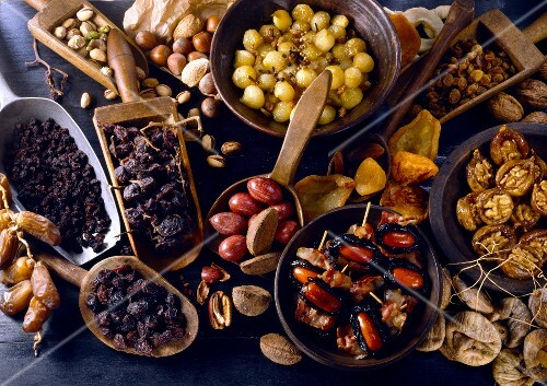 Dates, raisins, pistachios, pecan nuts, hazelnuts, preserved onions, preserved aprictos and dried figs