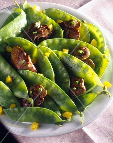 Sugar peas with poultry livers