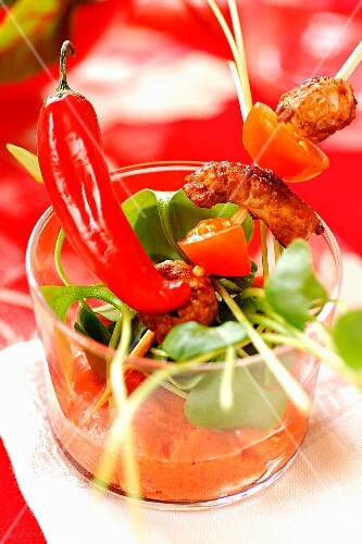 Pork skewers with spinach and curried tomato juice