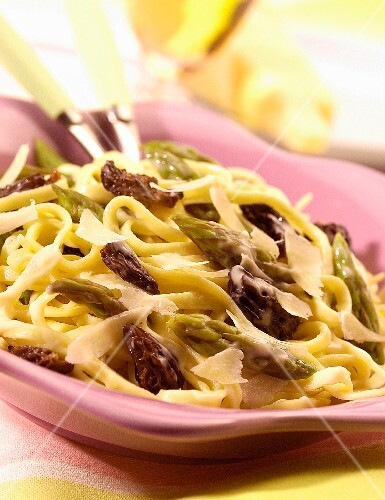 Fettucine with green asparagus and morels