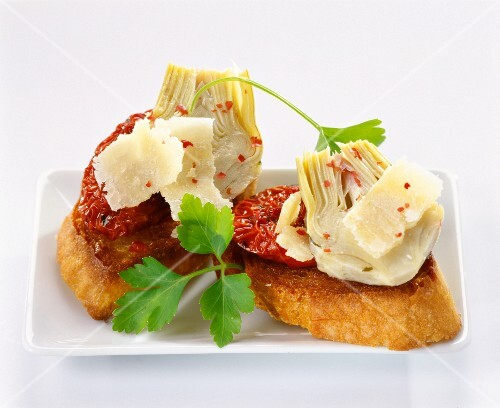 Crostinis with dried red peppers and artichokes
