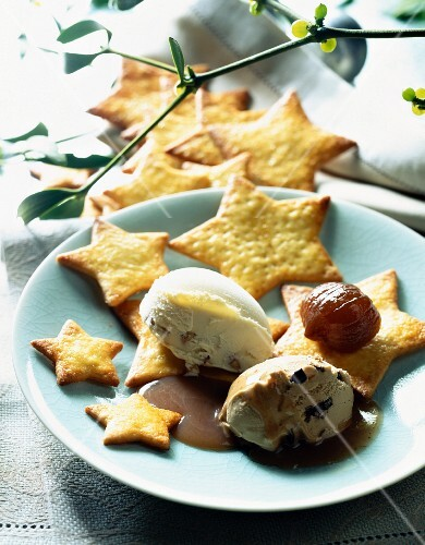 Star-shaped biscuits with chestnut ice cream
