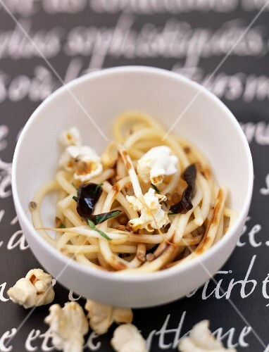 Spaghettis with beansprouts and popcorn