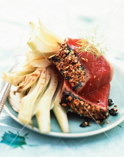 Half-cooked red tuna with grilled sesame seeds and fennel