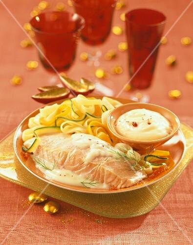 Lachsfilet in weißer Buttersauce mit Zucchini-Bandnudeln