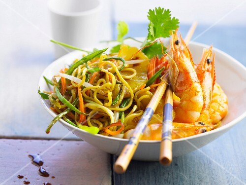 Stir-fried noodles with vegetables, prawns and pineapple