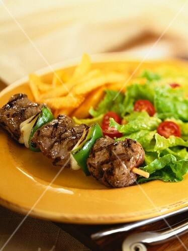 Beef skewers with chips