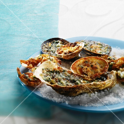 Gratinated mussels on a blue plate