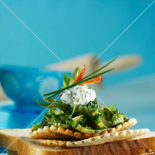 Shortcrust tartlet with green vegetables