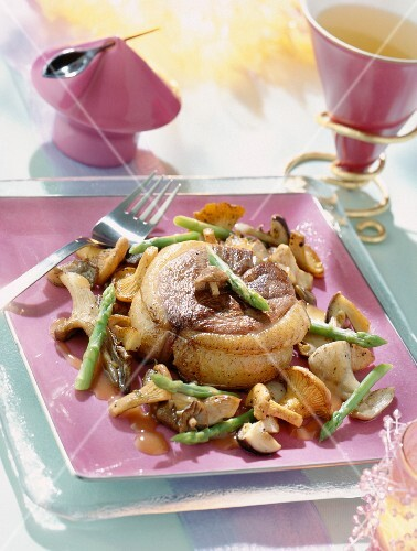 Duck tournedos with mushrooms and asparagus